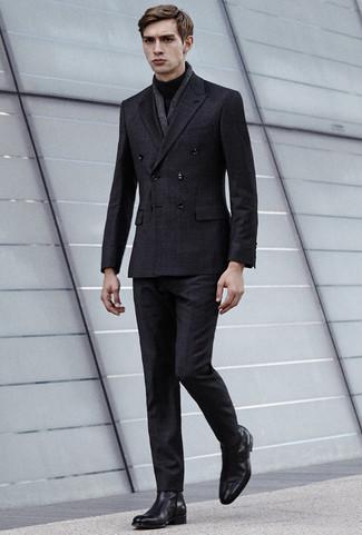Cómo combinar: traje a cuadros en gris oscuro, jersey de cuello alto negro, botines chelsea de cuero negros, bufanda de lino en gris oscuro