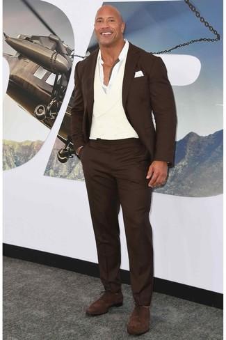 Cómo combinar: traje en marrón oscuro, camisa de manga larga blanca, zapatos oxford de ante en marrón oscuro, pañuelo de bolsillo blanco