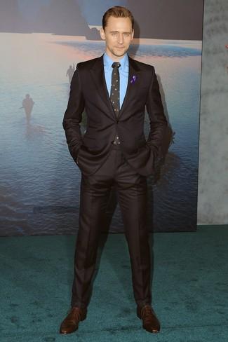 Cómo combinar: traje en marrón oscuro, camisa de vestir azul, zapatos oxford de cuero en marrón oscuro, corbata con print de flores negra