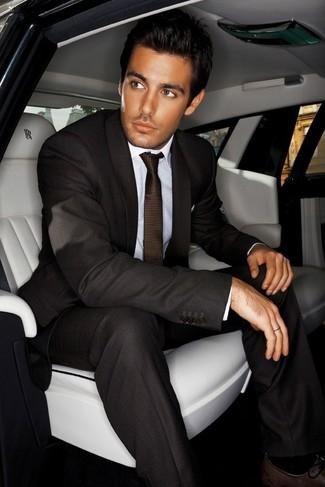 Cómo combinar: traje en marrón oscuro, camisa de vestir blanca, zapatos oxford de cuero en marrón oscuro, corbata en marrón oscuro