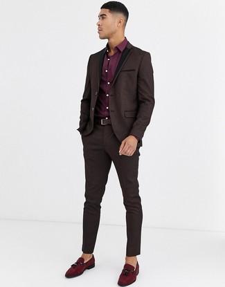 Cómo combinar: traje de brocado en marrón oscuro, camisa de vestir burdeos, mocasín con borlas de ante burdeos, correa de cuero en marrón oscuro