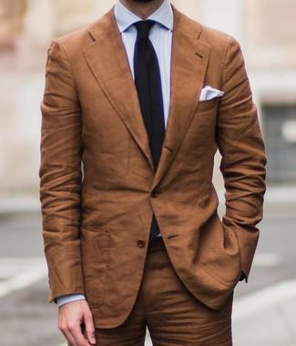 Cómo combinar: traje en tabaco, camisa de vestir celeste, corbata negra, pañuelo de bolsillo blanco