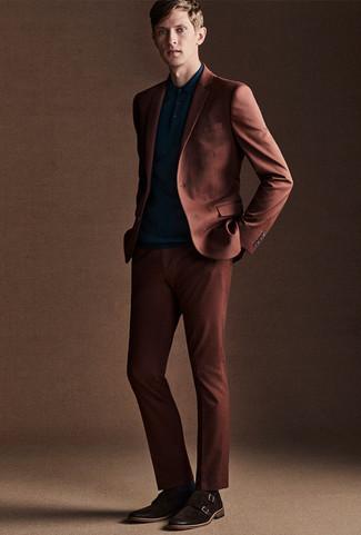 Cómo combinar: traje en tabaco, camisa polo en verde azulado, zapatos con doble hebilla de ante en marrón oscuro