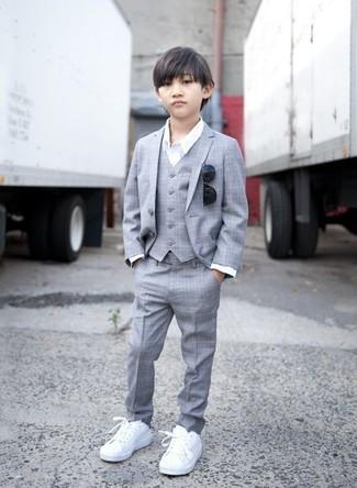 Cómo combinar: traje gris, camisa de manga larga blanca, zapatillas blancas, gafas de sol negras