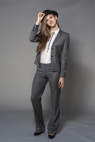 Cómo combinar: traje gris, camisa de vestir blanca, zapatos de tacón de ante negros, sombrero de lana negro