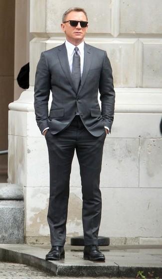 Cómo combinar: traje gris, camisa de vestir blanca, zapatos derby de cuero negros, corbata gris