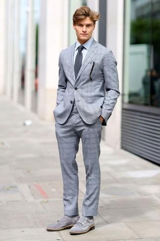 Cómo combinar: traje a cuadros gris, camisa de vestir gris, zapatos con doble hebilla de ante grises, corbata en gris oscuro