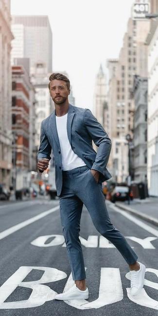 Cómo combinar: traje gris, camiseta con cuello circular blanca, tenis de cuero blancos