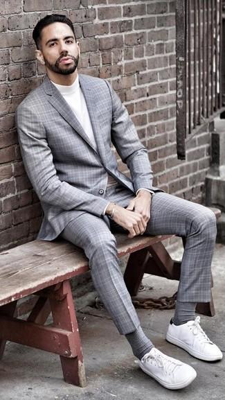 Cómo combinar: traje de tartán gris, jersey de cuello alto blanco, tenis de lona blancos, calcetines grises