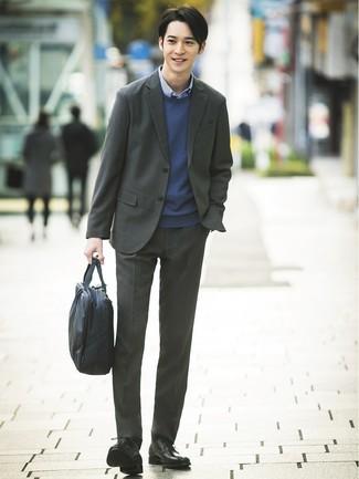 Cómo combinar: traje en gris oscuro, jersey con cuello circular azul marino, camisa de manga larga de cuadro vichy azul, zapatos derby de cuero negros