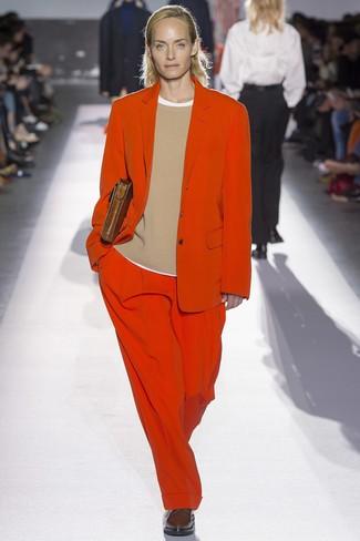 Cómo combinar: traje rojo, jersey con cuello circular marrón claro, camiseta con cuello circular blanca, zapatos oxford de cuero en marrón oscuro
