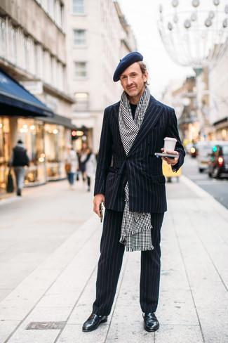 Cómo combinar: traje de rayas verticales negro, jersey con cuello circular negro, mocasín de cuero negro, bufanda de pata de gallo en blanco y negro
