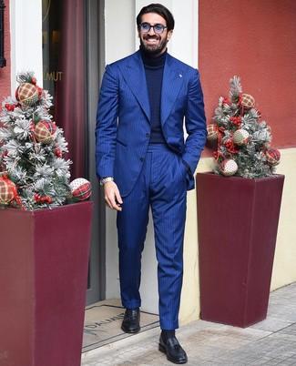 Cómo combinar: traje de rayas verticales azul, jersey de cuello alto de punto azul marino, mocasín con borlas de cuero negro, gafas de sol azules
