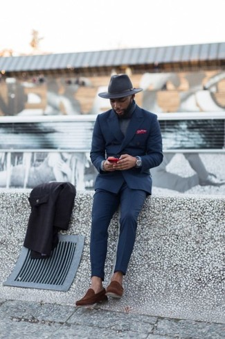 Cómo combinar: traje azul marino, jersey de cuello alto gris, mocasín de ante marrón, sombrero de lana en gris oscuro