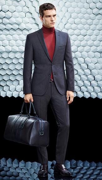 Cómo combinar: traje en gris oscuro, jersey de cuello alto rojo, zapatos con doble hebilla de cuero burdeos, bolsa de viaje de cuero en marrón oscuro