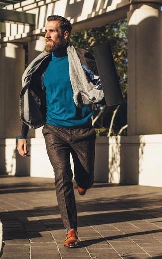 Cómo combinar: traje de lana en marrón oscuro, jersey de cuello alto en verde azulado, zapatos con doble hebilla de cuero en tabaco, bufanda a lunares gris