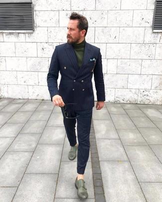 Cómo combinar: traje de rayas verticales azul marino, jersey de cuello alto verde oscuro, zapatos con doble hebilla de cuero verde oscuro, pañuelo de bolsillo de seda estampado verde