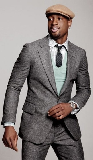Cómo combinar: traje de lana gris, jersey de pico en verde menta, camisa de manga larga de tartán gris, gorra inglesa marrón claro