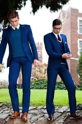 Cómo combinar: traje azul marino, jersey de pico en verde azulado, camisa de vestir blanca, zapatos oxford de cuero marrónes