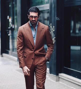 Cómo combinar: traje marrón, camisa de manga larga celeste, gafas de sol marrónes