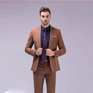 Cómo combinar: traje marrón, camisa de vestir azul marino, corbata estampada morado, correa de cuero marrón