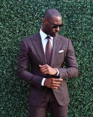 Cómo combinar: traje de tartán marrón, camisa de vestir blanca, corbata a lunares burdeos, pañuelo de bolsillo blanco