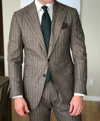 Cómo combinar: traje de rayas verticales marrón, camisa de vestir blanca, corbata verde oscuro, pañuelo de bolsillo estampado en marrón oscuro