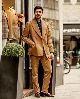 Cómo combinar: traje de pana marrón claro, camisa de manga larga azul marino, mocasín con borlas de cuero marrón, calcetines en beige
