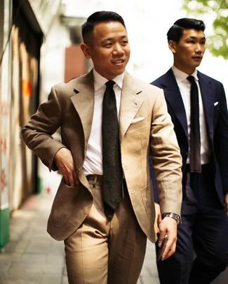 Cómo combinar: traje marrón claro, camisa de vestir blanca, corbata verde oscuro, reloj plateado