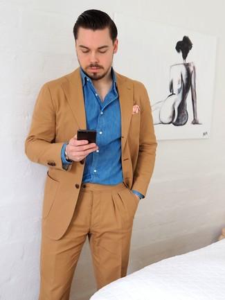 Cómo combinar: traje marrón claro, camisa vaquera azul, pañuelo de bolsillo estampado rosado