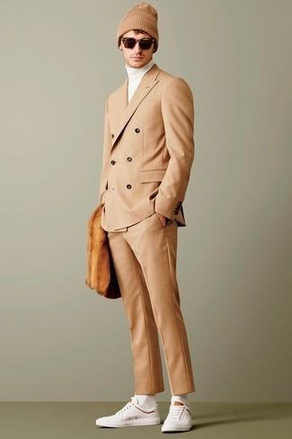 Cómo combinar: traje marrón claro, jersey de cuello alto blanco, tenis blancos, gorro marrón claro