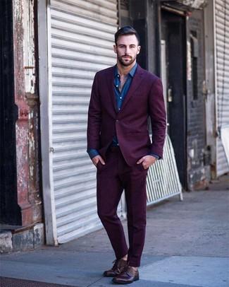Cómo combinar: traje morado, camisa de manga larga azul, zapatos derby de cuero burdeos