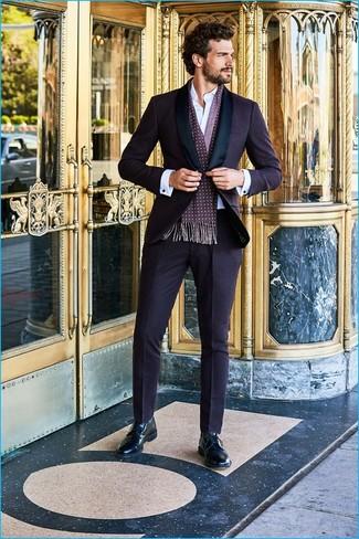 Cómo combinar: traje morado oscuro, camisa de vestir blanca, zapatos derby de cuero negros, bufanda a lunares morado oscuro