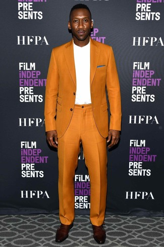 Cómo combinar: traje naranja, camiseta de manga larga blanca, zapatos con doble hebilla de cuero burdeos