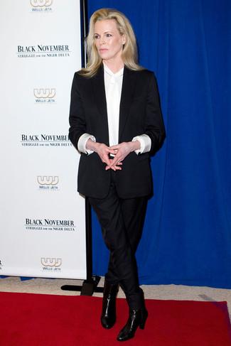 Traje negro blusa de manga larga de seda blanca botines de cuero negros large 23848