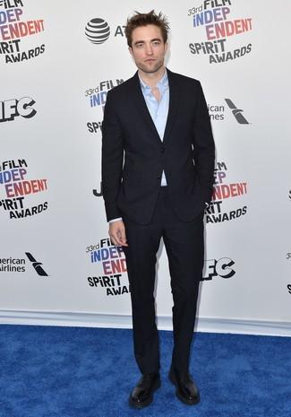 Look de Robert Pattinson: Traje negro, Camisa de manga larga celeste, Zapatos derby de cuero negros