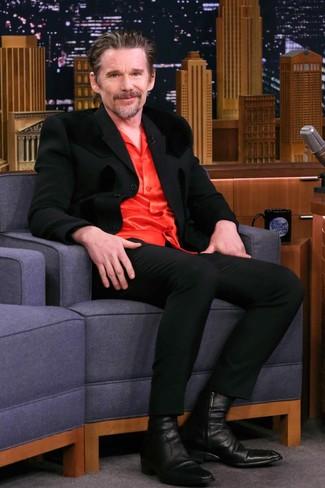 Cómo combinar: traje negro, camisa de manga larga de seda roja, botines chelsea de cuero negros