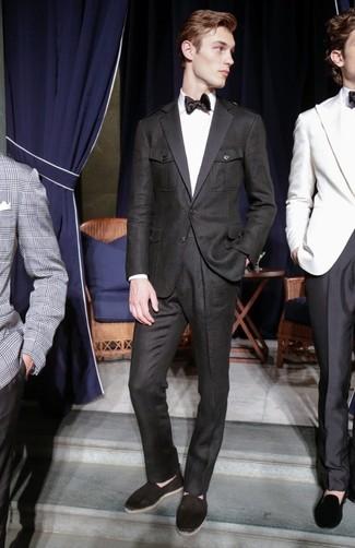 Cómo combinar: traje negro, camisa de vestir blanca, alpargatas de lona negras, corbata de seda negra