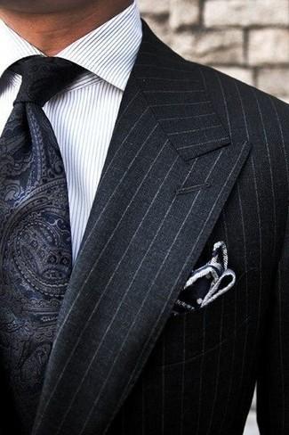 Cómo combinar: traje de rayas verticales negro, camisa de vestir de rayas verticales blanca, corbata de paisley negra, pañuelo de bolsillo a lunares en negro y blanco