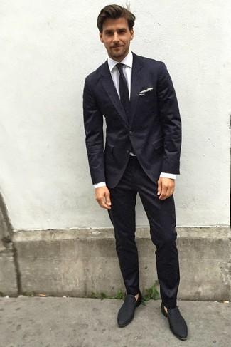 Cómo combinar: traje negro, camisa de vestir blanca, mocasín de ante negro, corbata negra