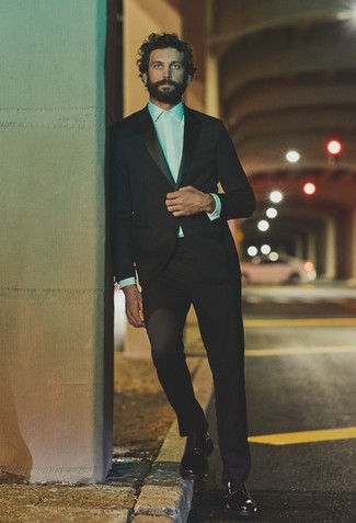 Cómo combinar: traje negro, camisa de vestir blanca, zapatos derby de cuero negros