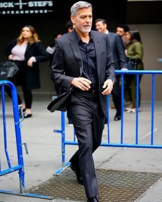 Look de George Clooney: Traje negro, Camisa de vestir negra, Zapatos oxford de cuero negros, Correa de cuero negra
