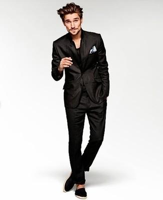 Cómo combinar: traje negro, camiseta con cuello circular negra, alpargatas de lona negras