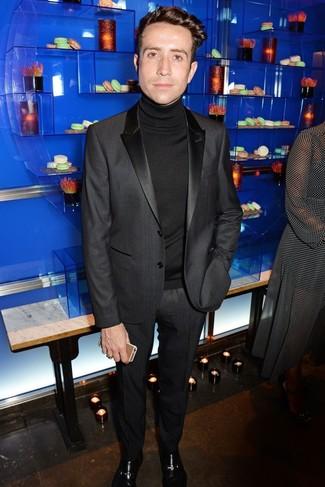 Cómo combinar: traje negro, jersey de cuello alto negro, zapatos oxford de cuero burdeos
