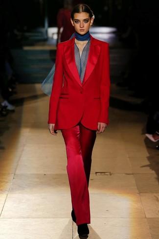 Cómo combinar: traje rojo, blusa de manga larga de gasa azul marino, botines de ante negros