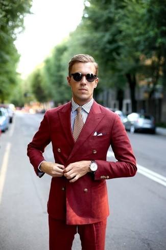 Cómo combinar: traje rojo, camisa de vestir de rayas verticales blanca, corbata estampada roja, pañuelo de bolsillo blanco