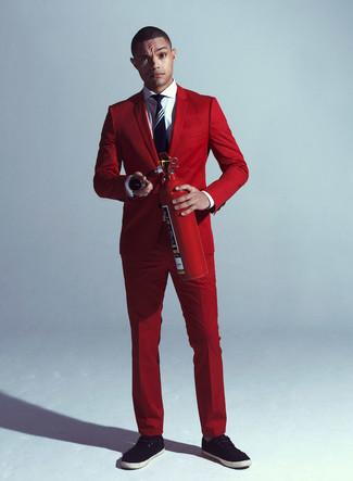 Cómo combinar: traje rojo, camisa de vestir blanca, zapatillas plimsoll negras, corbata de rayas verticales en azul marino y blanco