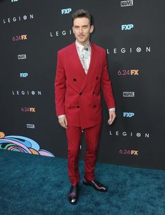 Cómo combinar: traje rojo, camisa de vestir estampada blanca, zapatos oxford de cuero morado oscuro