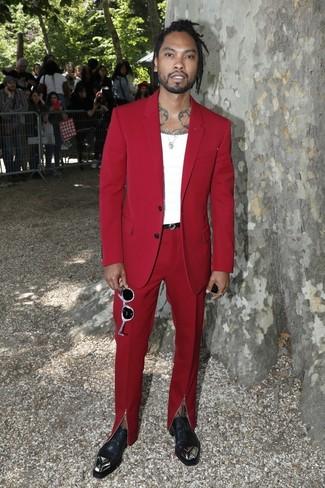 Cómo combinar: traje rojo, camiseta sin mangas blanca, zapatos oxford de cuero con adornos negros, correa de cuero negra