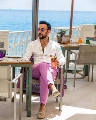 Cómo combinar: traje rosa, camisa de manga larga blanca, mocasín con borlas de ante marrón claro, gafas de sol rosadas